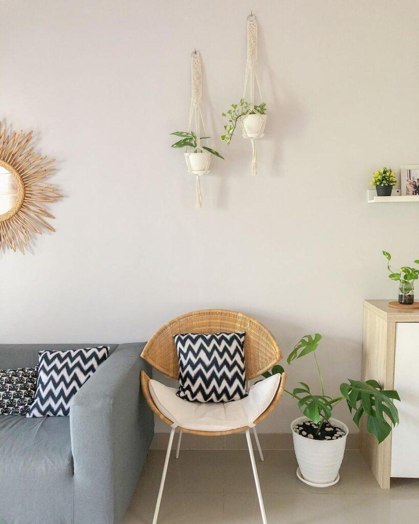 menambah aksen tanaman dan furnitur minimalis di rumah